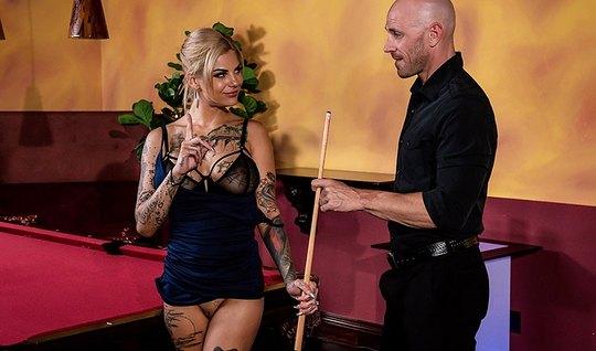 Татуированная блондинка с растрепанными волосами делает мине...