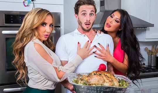 Две мамки на кухне пристают к кулинару и трахают его попами ...