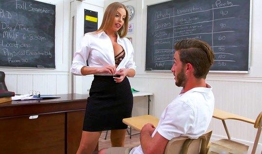 Развратная училка соблазнила сексуального студента после зан...