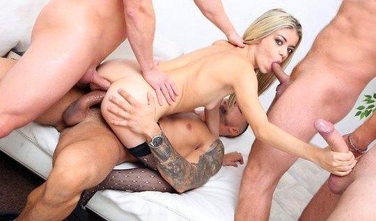 Роскошная блондинка получает оргазм от двойного проникновени...