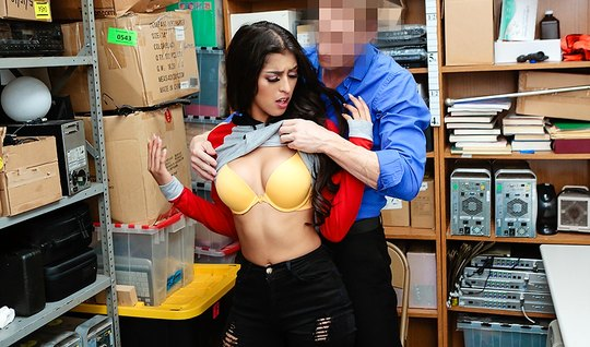 Сисястая брюнетка отдалась охраннику в офисе и испытала бурн...