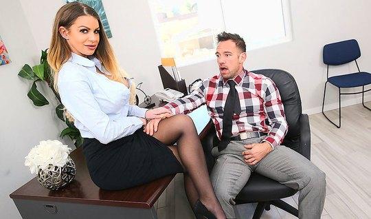 Раскрепощенная секретарша трахается с боссом в офисе на стол...