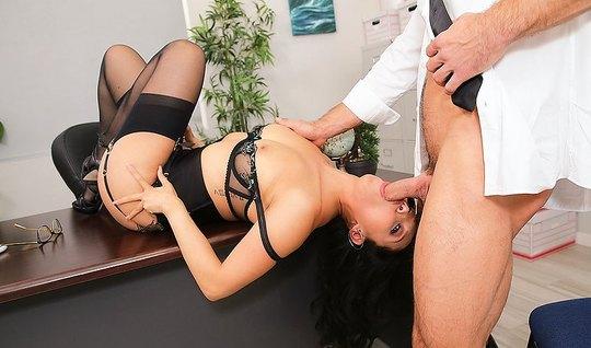 Азиатка в чулках трахается с боссом на офисном столе и берет...