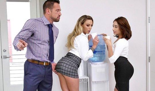Секретарша увидела, как начальник трахает в офисе сотрудницу...