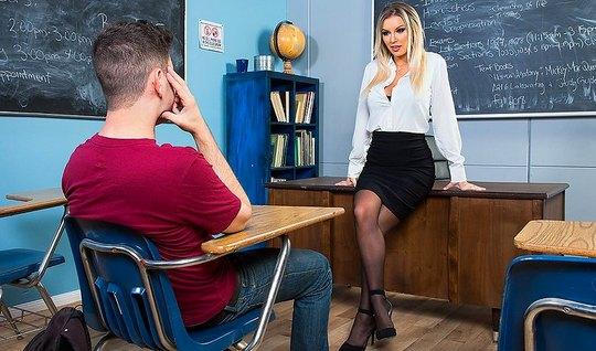 Преподша в черных чулках развела на секс в аудитории студент...