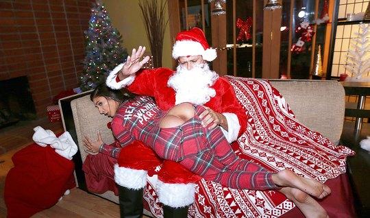 Санта отшлепал молоденькую брюнетку и поимел ее в упругую по...