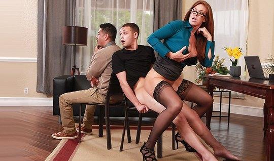 Сочная брюнетка в чулках изменяет мужу со смазливым любовник...