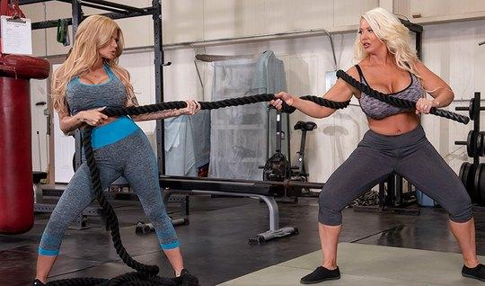 Сисястые лесбиянки вылизывают пилотки друг друга в спортзале...
