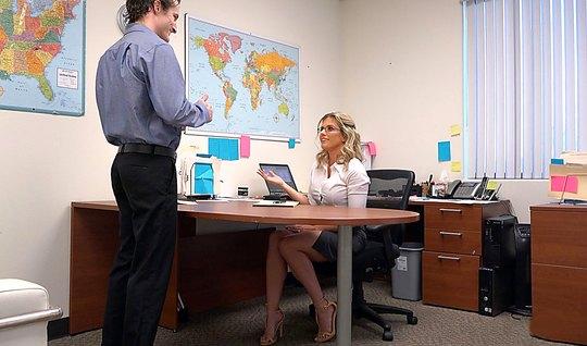 Блондинку возбуждает анальный секс на офисном столе перед ве...