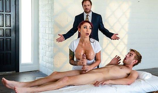 Рыжеволосая массажистка с татухами трахается с клиентом прям...