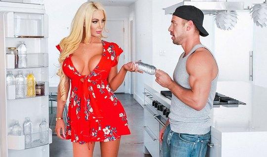 Блондинка изменяет мужу с мускулистым курьером на кухонном п...