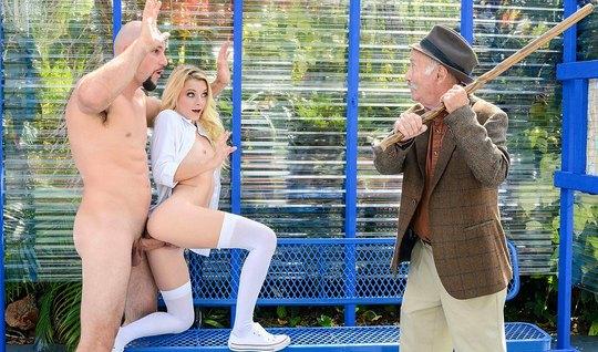 Блондинка в чулках трахается с мужиком при зрелом дедушке на...