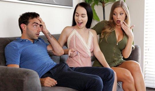 Молодая парочка занимается сексом втроем с грудастой женщино...