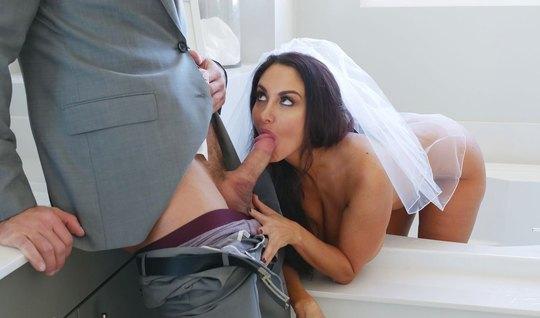 Грудастая мамка в платье невесты занимается сексом в спальне...