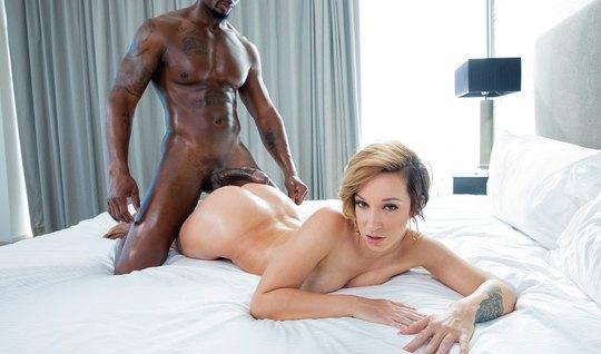 Красивая девушка прыгает на большом члене негра в спальне...