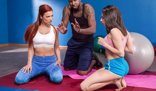 Две развратные лесбиянки после тренировки лижут друг другу д...