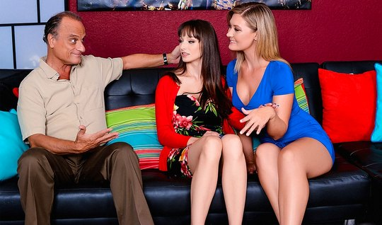 Сексуальные лесбиянки устроили друг для друга горячий трах в...