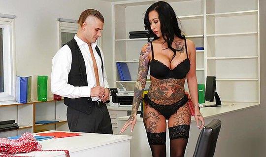 В офисе брюнетка сняла одежду и подставила свою киску для се...