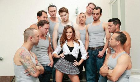 Сочная брюнетка Меган Рэйн ублажает несколько парней одновре...