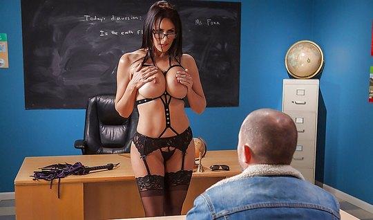 Грудастая училка с большими дойками занимается сексом со сту...