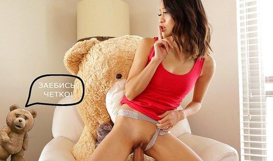 Азиатка подарила своему любовнику романтический секс на полу...