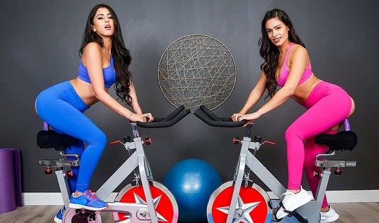 Две красотки лесбиянки в спортзале занимаются красивым сексо...