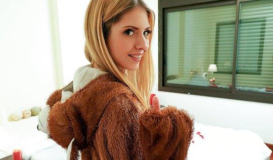 Парень привел домой блондинку и жадно оттрахал ее в задницу...