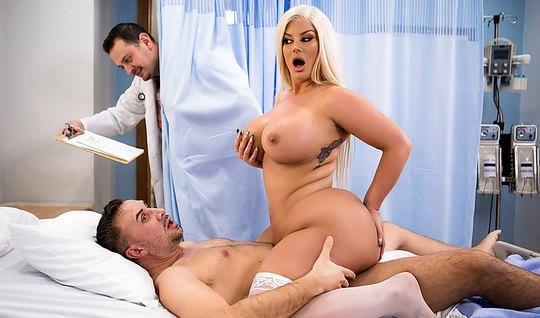 Толстушка блондинка лечит пациента страстным сексом в палате...