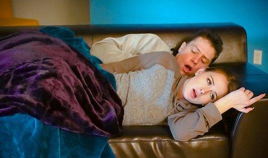 Парень вылизал спящей подружке с рыжими волосами киску и тра...