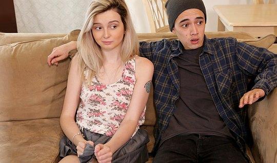 Молодая парочка занимается классическим сексом на диване...