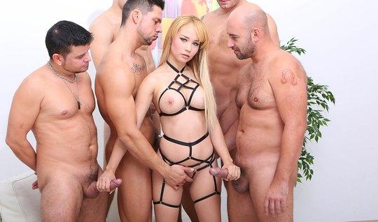 Блондинка занимается групповым сексом с двойным анальным про...