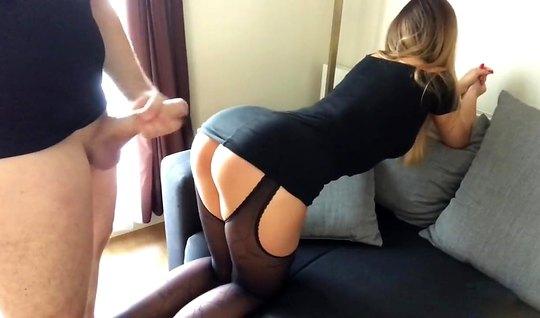 Муж снял на камеру, как дома рачком на диване трахнул по-быс...