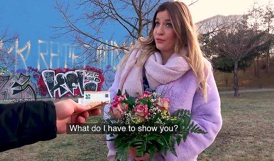 Сисястая блондинка с улицы за деньги и цветы согласилась пот...