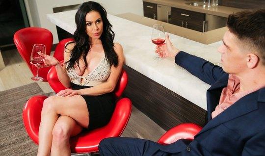 Брюнетка с шикарной грудью отдалась парню после бокала вина...