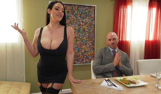 Брюнетка с огромными дойками показала боссу огромные дойки и...