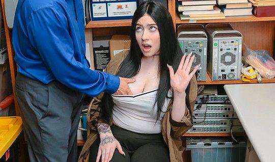 Мужик пристает к брюнетке в офисе и трахает ее в кремовую пи...