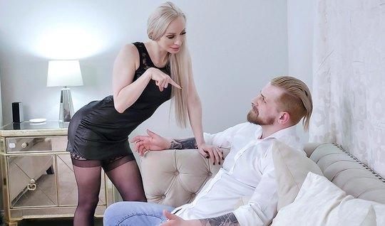 Длинноногая мамка в чулках изменяет мужу с его другом на бол...