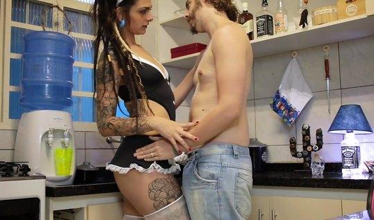 Татуированная горничная в пеньюаре трахается с парнем на кух...