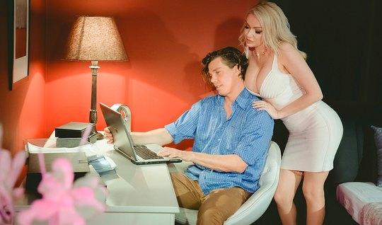 Сисястая блондинка соблазнила сексуального парня и отымела е...