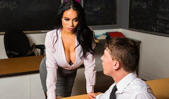 Училка с большими сиськами трахается со студентом после урок...