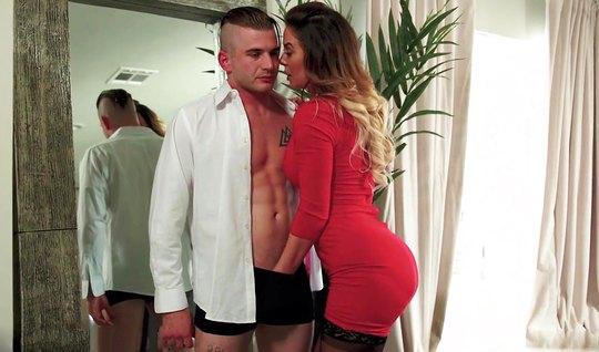 Мамочка в чулках сняла красное платье и занимается сексом с ...
