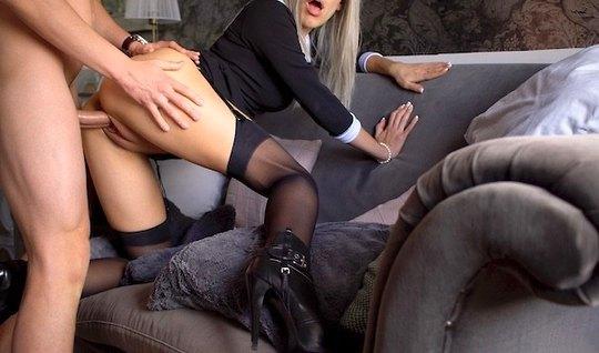 Парень снимает домашнее порно со стройной блондинкой на кабл...