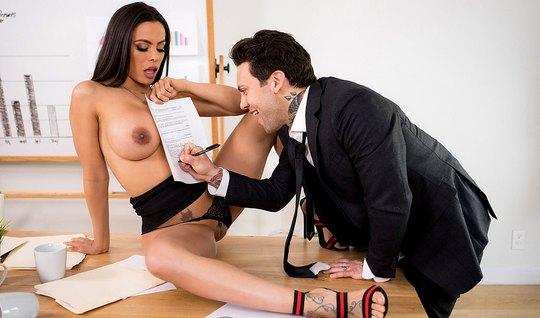 В офисе грудастая брюнетка насаживается на член бизнесмена...