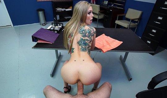 Блондинка с татуировками на теле в кабинете занимается сексо...