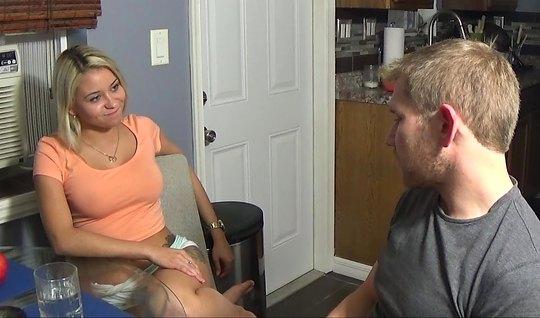 Блондинка согласилась прийти к парню домой и снять секс на к...