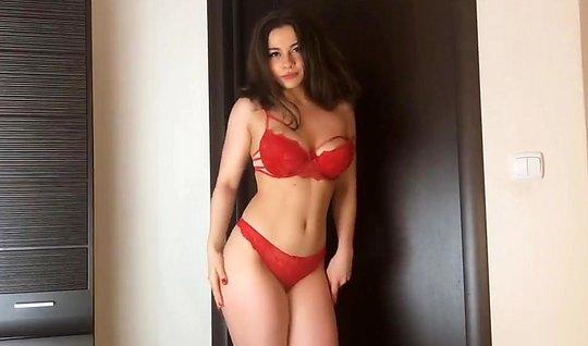 Красивая девушка в красном белье сосет и дрочит мужской член...