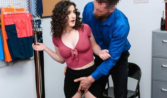 Лира Локхарт с волосатой пилоткой в офисе делает коллеге глу...