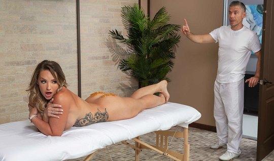 Мик Блу делает эротический массаж жопастой Цели Картер и тра...