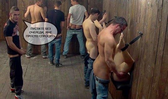Парни в борделе принимают участие в групповом сексе на публи...