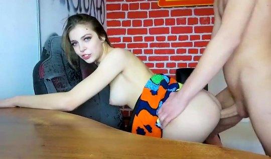 Русская девушка перед вебкой записывает домашнее порно с мол...